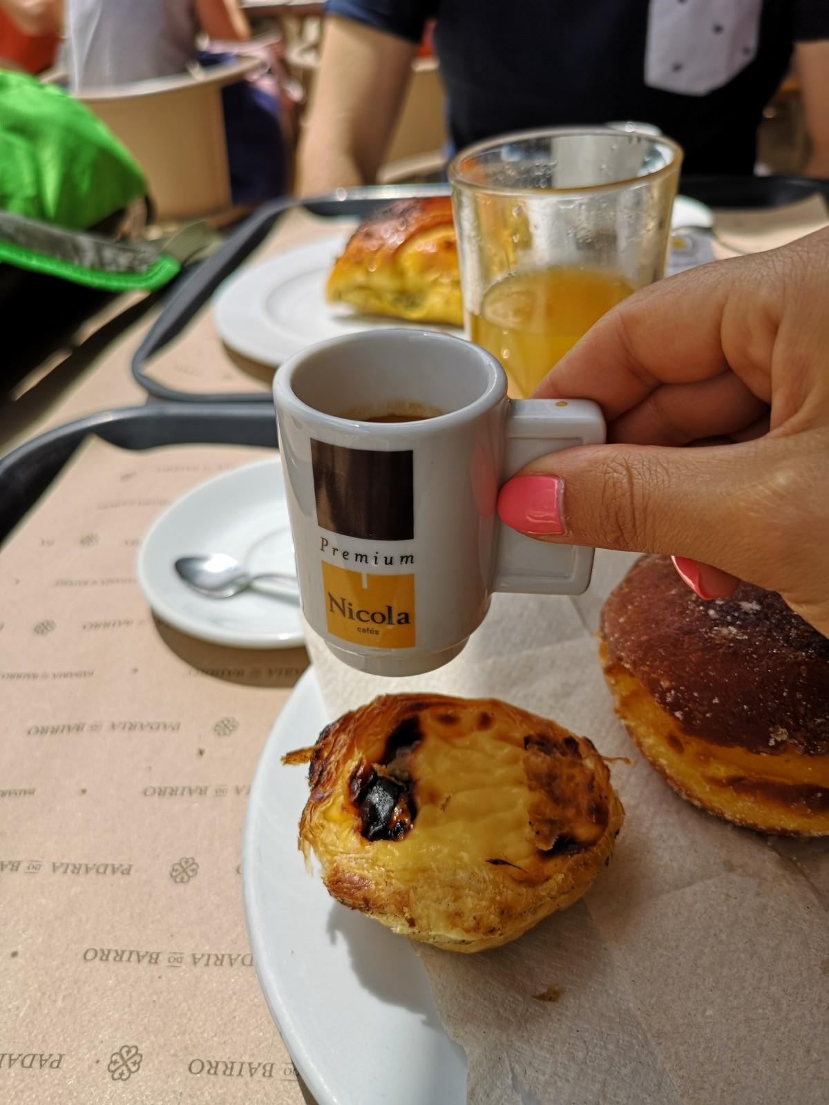Pomarančni sok, kava, pastie de nata.