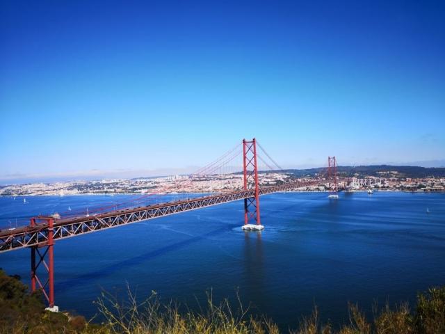 Ponte 25 de Abril in reka Tejo.